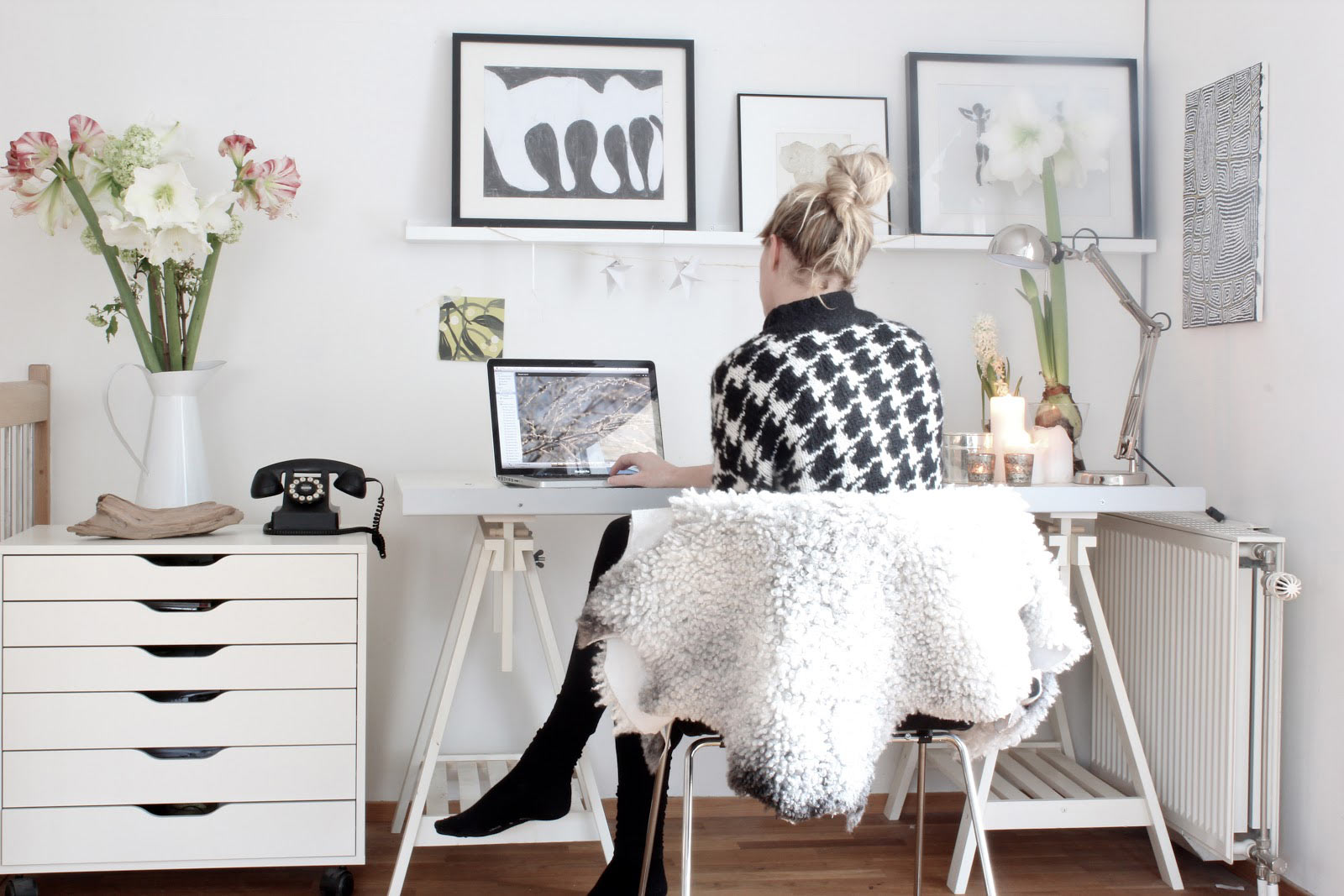 woman-home-office-design-feminime-white-scheme-of